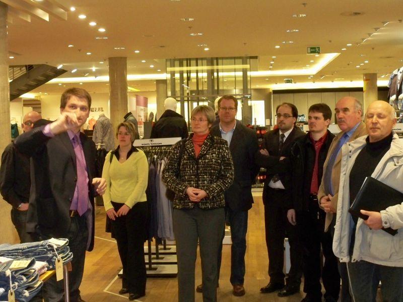 Die CDU Mitglieder erhalten von Hans-Heinrich Heinze einen Überblick über die Erweiterung des Modehauses
